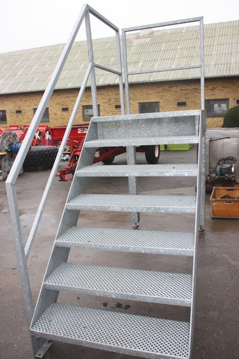 Picture of: Galvaniseret Trappe Med Repos Og Gelaender Hojde Til Repos Ca 1 5 Meter Kj Auktion Maskinauktioner