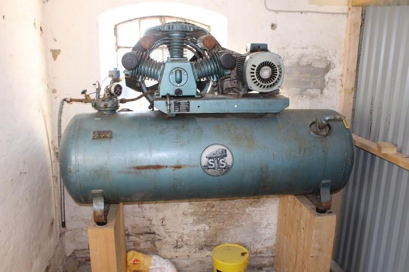 Tidssvarende Kompressor, Stenhøj, 3 cylindret. 500 liter tank - KJ Auktion KY-16