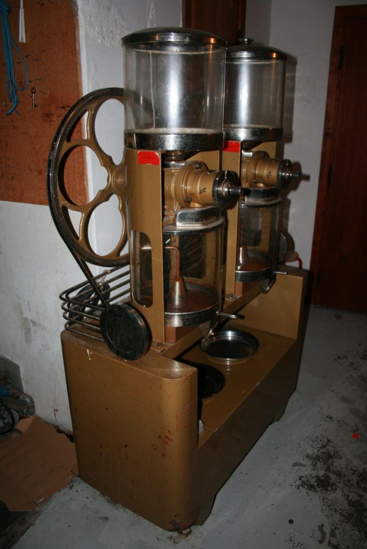 Ekstra Dobbelt kaffemølle Mrk. AJCOSAN, mindre elektrisk fejl (vil ikke DB86