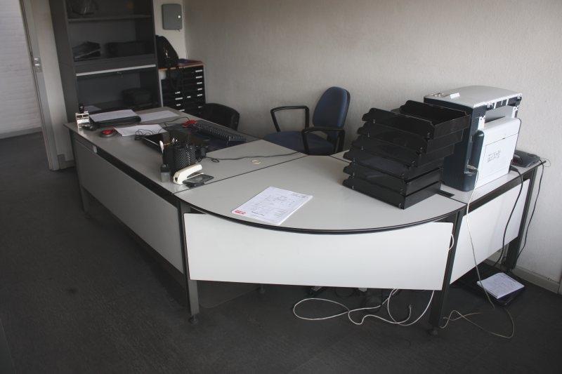 Kæmpestor Hjørneskrivebord (Scanform) + kontorstol + køreunderlag + 3 reoler FP26