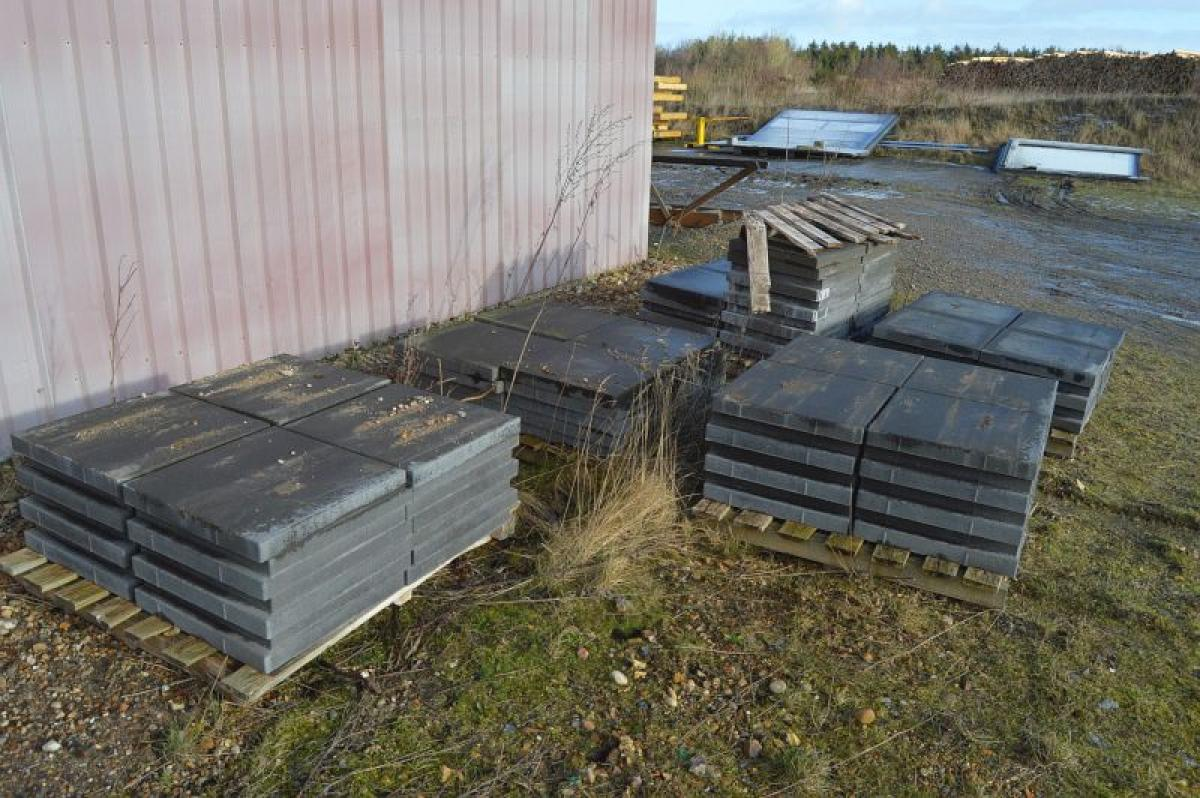 6 pallets concrete slabs 50 x 50 cm, an estimated total of