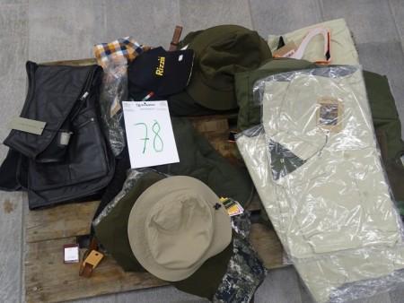 Sort vest str. M, Pinewood bukser str. C50, Wolfcamper skjorte str. M, pinewood bukser (LADIES) str. L/40. 2 beige skjorter str. 40, 1 beige skjorte str. 36, 6 mørkegrønne skjorter str. 36, Vest Azofree str. XL mørkegrøn, beige bukser str. 36 mv.