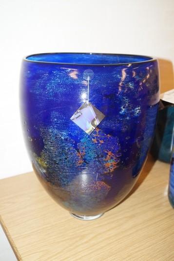 Håndblæst glaskunst. Vase. Signeret. Diameter: ca. 30 cm. Højde: ca. 40 cm.