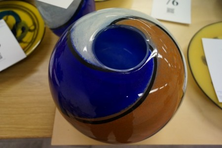 Mundgeblasenes Glaskunst. Vase. Unterzeichnet. Durchmesser: ca. 30 cm. Höhe: ca. 26 cm.