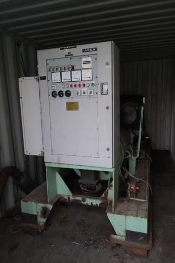 Generator - diesel.  Mrk. ASEA. Type: DGMB 14SV. Output: 242 kVA x 0,8. Timer: 7436 , oplyst starter og virker. Står i en 20-fods container.