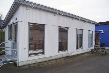 Kontor pavillon, uden indhold, med køkken skabe, med el varme. L:10 m B 3,9 m H ca. 3,9 / 2,9 m