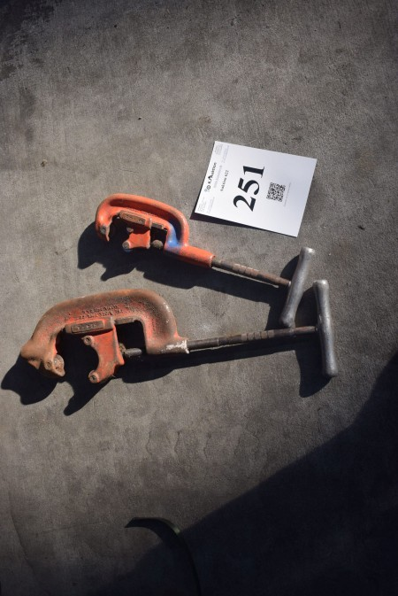 2 pieces Pipe vice.
