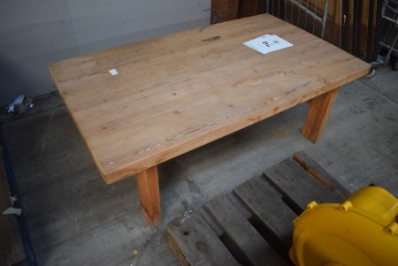Coffee table. 138x78x50 cm.