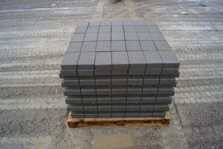 5 paller med Nybrosten, grå 21x14x5,5 cm 12 m2 pr palle. Det koster kr. 87,00 pr palle man medtager, den kan kun betales på udleveringsdagen, byttepaller modtages, i samme model.