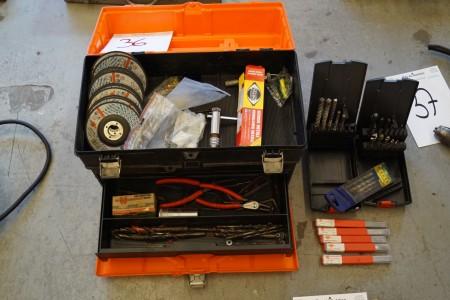 Værktøjskasse med diverse bor + skiver, med mere