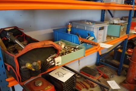 Diverse håndværktøj, fastnøgler + hammere + bor, med mere