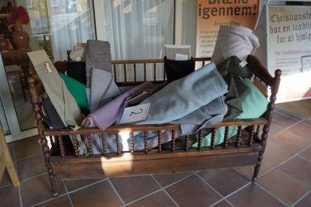 Antikes Kinderbett 150x80 cm + verschiedene Stoffrollen