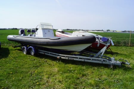 14 personers gummibåd l: ca 7,5 m, med YAMAHA V-X250 motor, motor virker, gear ben skal monteres. monteret med kort plotter, alle instrumenter medfølger samt gear/gas håndtag. (trailer har lot nr: 101)