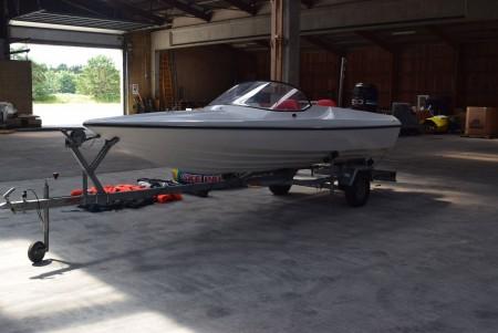 Båd, 16 fods, 115 HK. Mercury motor - defekt. Der medfølger nye vandski, ringe og redningsveste. Bådtraileren medfølger.