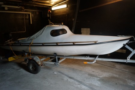 17-foot yacht with 9.8 hp Mercury engine, dock, white sail sailboat for hunting, boat trailer with newer bearings and rollers, sold without plates. Engine starts.
