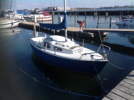 Junker 22 glasfiber sejlbåd Påhængsmotor Johnson 5 HK, ligger i vandet BEMÆRK EN ANDEN ADRESSE