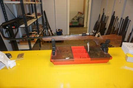 Riffel Carl Gustav Kaliber 6.5X55 Våbennummer 498263. Løbslængde 74 cm Totallængde 112 cm