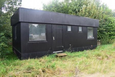 Pavillion med stue, brændovn + 2 små værelser. 4 meter bred 8 meter lang