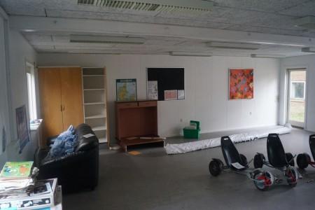 Sofa, tavle, bord bænk mm. Alt i rum minus moon car og fast inventar.