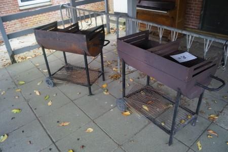 3 stk. grill. L: 85 cm. B:50 cm, D: 30 cm.