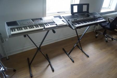 2 stk. piano. 1 mærke: roland, type: em-15 med lader, 1 mærke: Yamaha, type: e443 med lader. Ca. 93 cm i længde.