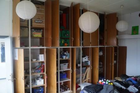 Indhold i skab, spil, kostumer, papir, legetøj mm. Alt skal fjernes.