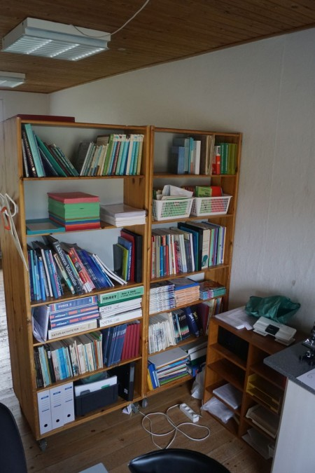 4 stk. reoler 80*200*30. med diverse lærebøger + hæfter.