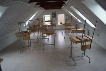 9 stk. borde + 8 stole + reol med læsebøger, tavle mm.