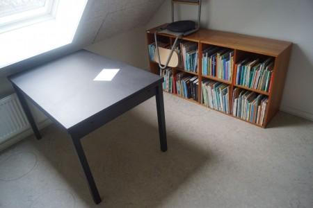 Bord 120*80*73 cm. + 4 reoler med læsebøger. 76*76*38 cm.