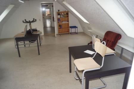 2 stk. borde 120*80*73 cm. + stol med skammel mm.