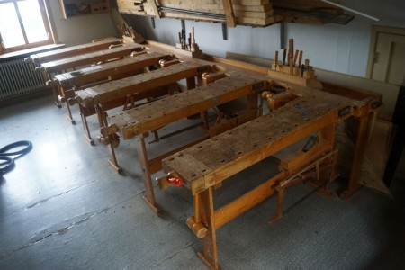 6* sløjd arbejdsbord med høvl, sav, hammer.  Hvert bord er 140*60*80 cm.