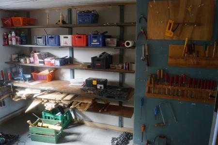 Diverse værktøj, tømmer, bor, skruetvinger, sav, høvl mm.