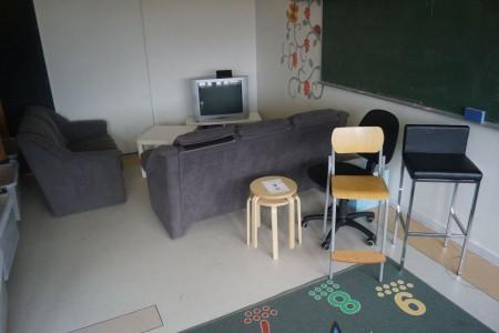 2 sofaer + fjernsyn, tæppe, stole mm.