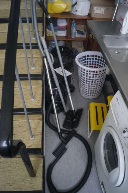3 stk. støvsuger + diverse rengøringsartikler.