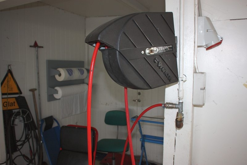 Hose Reel for water and air + (2) mechanic´s benches on