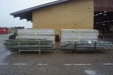 Gerüstteile, 42 Laufstege 300x60 cm + 7 Böcke + ca. 160 Seiten von 305 cm mm.