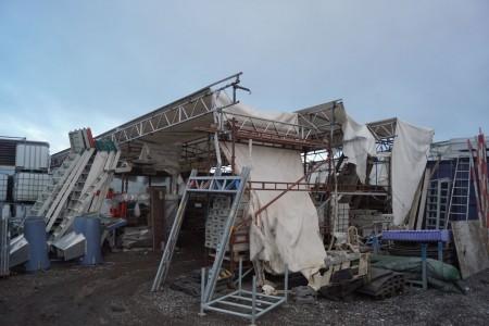 Telt med ekstra dug indbygget 40 fods. Dybde 10,5 meter bredde 14 meter højde 380 cm cirka mål.