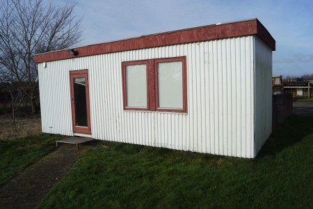 Pavillon 760x320 cm opdelt i 2 rum, med indbygget strøm. Bemærk indvendige fugtskader. Bemærk står på anden adresse.