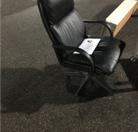 Skrivebordsstol i sort læder.