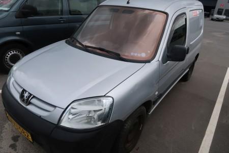 Peugeot varebil. Reg nr, AW73582. km stand 149913. Årgang: 2004. Kobling skal laves
