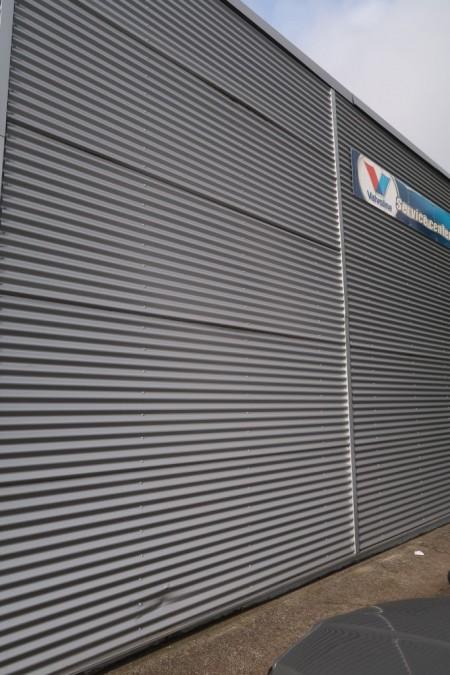 Anslået ca. 150 m2 stålplade facade, sølv farvet. Køber skal selv nedtag