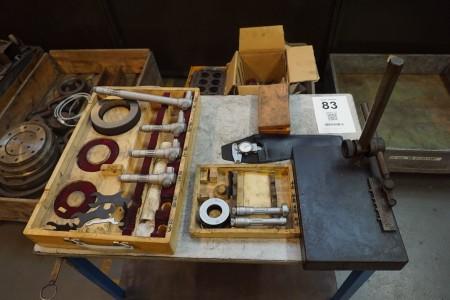 Rullebord med indhold af måleværktøj.