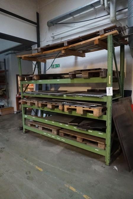 Pallereol med indhold af diverse afskåret jern.