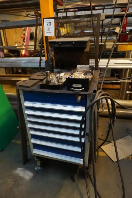 Værktøjsskab på hjul med indhold af diverse værktøj til lokkemaskine, Mærke: Blika