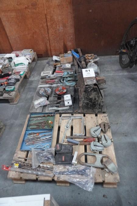 Parti blandet håndværktøj, bor, skiver mv.