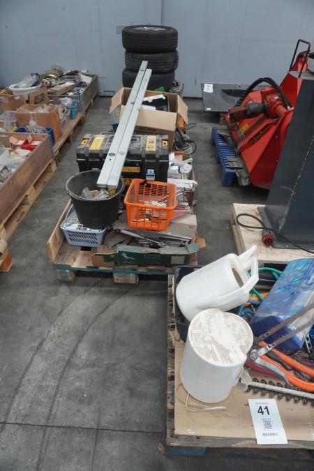 3 paller med diverse haveredskaber, el-værktøj, sortimentsreoler mm.