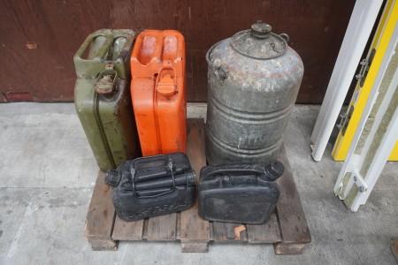 2 stk. jerry cans + brandstofstank + 2 stk. 5-liters benzindunke