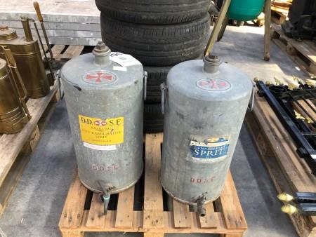 2 stk. antikke tønder til karburatorsprit