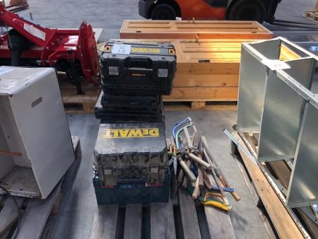 Parti håndværktøj + parti tomme værktøjskasser