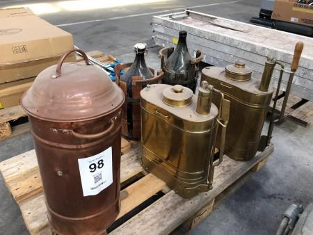 3 stk. flasker til hvidtøl + 2 stk. antikke båndsprøjter + 1 stk. antik brandspand